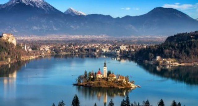 Окруженная высокими Альпами, утопающая в зелени и сверкающая под яркими лучами солнца – Словения! 8 дней! Прелестный городок Блед с живописным островком среди озера и замком на скалистом утёсе! Постойнские пещеры, Марибор, Венеция и полуостров Истрия – все это Вы можете посетить в этом незабываемом путешествии!