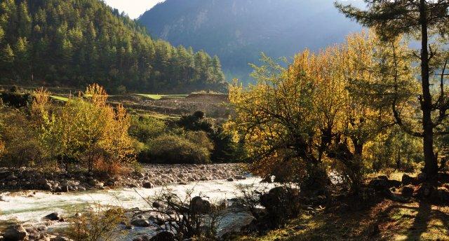 Pa kontrastaino Indiju un laimes zemi Butānu