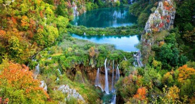 Gleznainie Horvātijas ūdenskritumi rudens lapu zeltā
